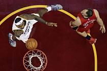 LeBron James z Clevelandu (vlevo) se prosazuje proti New Orleans.