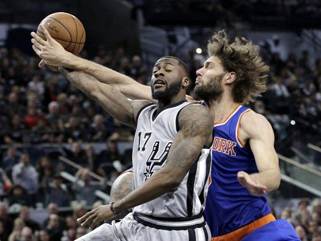Jonathon Simmons ze San Antonia (vlevo) a Robin Lopez z NY Knicks.