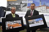 Premiér Petr Nečas (vpravo) a místopředseda poslaneckého klubu ODS Marek Benda představili v pátek 31. srpna 2012 v Praze vizuální reakci na kampaň ČSSD proti církevním restitucím.
