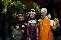 Rychlobruslařka Martina Sáblíková (uprostřed) vyhrála posedmé za sebou SP na dlouhých tratích.