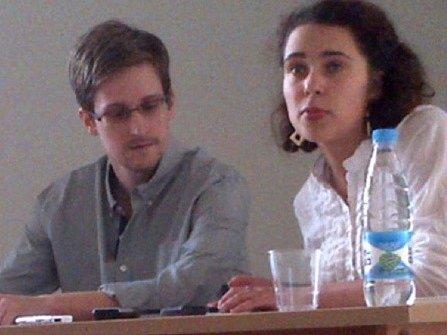 Edward Snowden (vlevo) při tiskové konferenci na moskevském letišti