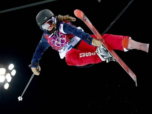 Maddie Bowmanová vyhrála olympijskou premiéru lyžařek v U-rampě.