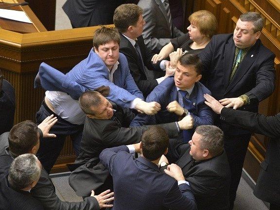 V ukrajinském parlamentu se servali nacionalisté s komunisty.