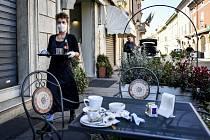 Servírka s ochrannou rouškou v kavárně ve městě Codogno v Itálii na snímku z 11. března 2020.