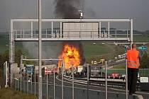 Na dálničním obchvatu Plzně u tunelu Valík ráno havaroval kamion a začal hořet. Ve voze vybouchly propan-butanové láhve, které vezl. Nikdo nebyl zraněn.