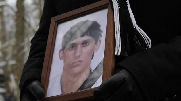 Pohřeb dvaadvacetiletého romského mladíka z Tanvaldu, který byl před týdnem zastřelen.