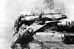 Pohled na rozbité letadlo na palubě hořící letadlové lodi USS Forrestal v Tonkinském zálivu 29. července 1967. Na snímku je i torpédoborec USS Rupertus, bojující s ohněm
