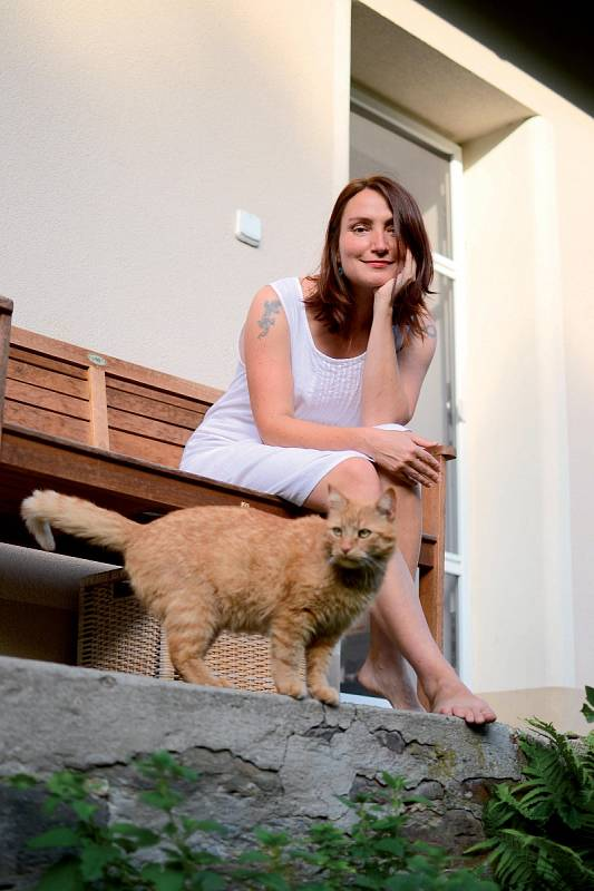 Monika Janošová s kocouřím členem rodiny.