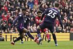Fotbalista Liverpoolu Muhammad Salah (uprostřed) dává gól do sítě Bournemouthu v utkání anglické ligy
