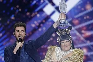 Nizozemský zpěvák Duncan Laurence s trofejí pro vítěze Eurovize