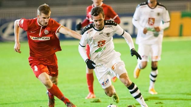 Fotbalisté Brna (v červeném) proti Hradci Králové.