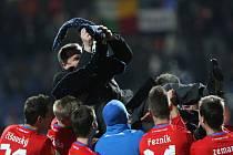 Fotbalisté Plzně slaví s trenérem Pavlem Vrbou vítězství nad Atlétikem Madrid.