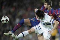 Gerard Pique z Barcelony (v modrém) brání Diego Alberto Milita z Interu Milán.