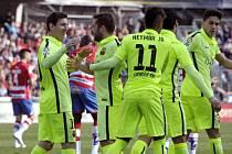 Lionel Messi (vlevo) a radost Barcelony v zápase s Granadou