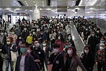 Lidé s ochrannými rouškami v Hongkongu