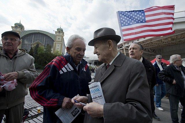 Bývalý politik a generální tajemník ÚV KSČ Miloš Jakeš (vpravo vpředu) diskutoval 1. května na pražském Výstavišti při prvomájových oslavách, které zde každoročně pořádá Komunistická strana Čech a Moravy.