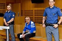 Obviněný srbský řidič Uroš Andelovič (uprostřed) u Obvodního soudu pro Prahu 10.