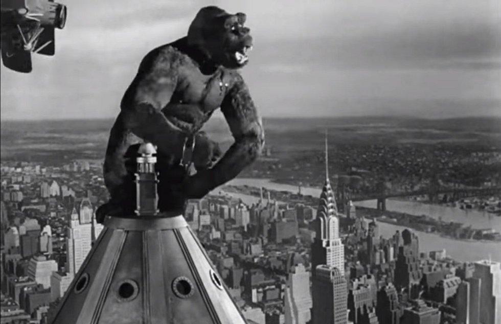 V roce 1933 vylezl na střechu Empire State Buildingu poprvé King Kong. Obří opice dokonce kvůli mrakodrapu během filmu ještě povyrostla