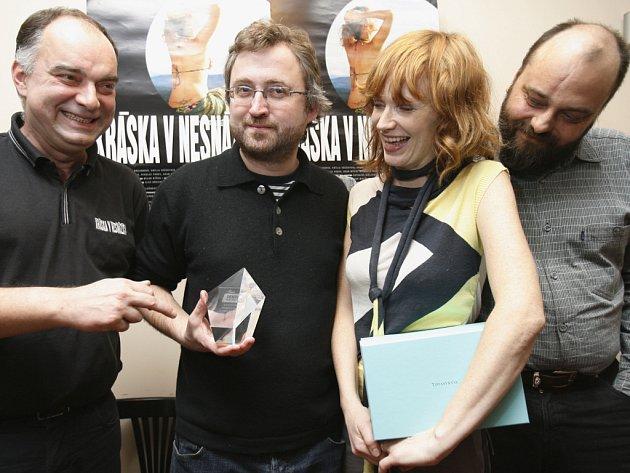 Na snímku zleva: producent Ondřej Trojan, režisér Jan Hřebejk, herečka Aňa Geislerová a scénárista Petr Jarchovský pózují s cenou z festivalu v Denveru.