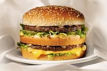 Hamburger je pro McDonald´s typický.