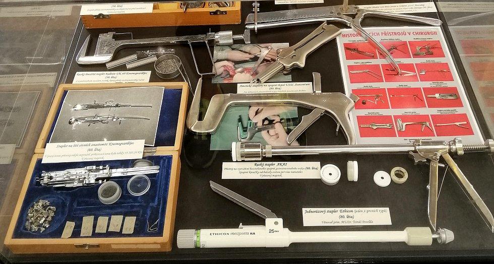 Sálová sestřička z Fakultní nemocnice Ostrava shromažďuje nástroje i přístroje používané předchozími generacemi mediků