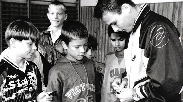 Pavel Nedvěd na návštěvě 33. základní školy v Plzni, kam přišli pozdější ligoví fotbalisté Martin Fillo, Tomáš Borek a Tomáš Krbeček