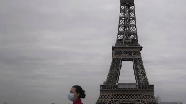 Žena s rouškou a Eiffelova věž. Ilustrační snímek
