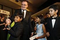 Danny Boyle s dětskými herci z filmu Milionář z chatrče na 81. ročníku filmových cen Oscar.
