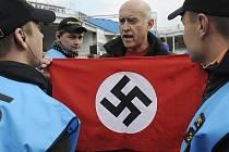 Oslavu narušil svým protestem proti KSČM aktivista Jan Šinágl. Při projevu Vojtěcha Filipa vystoupil na pódium a ukázal vlajku, která měla z jedné strany srp a kladivo a z druhé hákový kříž.