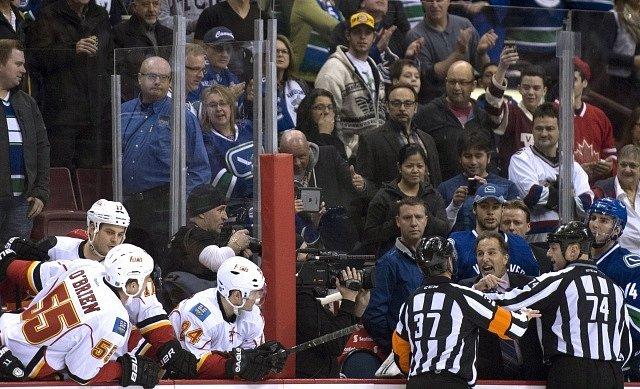 Jak kouč, tak hokejisté domácího Vancouveru se několikrát sápali po soupeřích