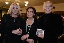 V pražském kině Lucerně pokřtili 15. listopadu kompilaci písní k 25. výročí od sametové revoluce. Kmotrami nahrávky se staly Marta Kubišová (uprostřed) a Dagmar Havlová (vpravo).