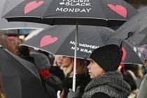 Stovky Polek oděných do černého dnes v několika polských městech, ale například i v Bruselu, vyšly do ulic, aby vyjádřily nesouhlas s možným zpřísněním již tak tvrdého potratového zákona.