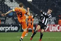 Kapitán Slovanu Lukáš Pokorný (v oranžovém) při utkání s PAOKem Soluň.