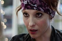 Věděla jsem, jaká ta moje Nina je, co všechno má v životě za sebou, proč se chová tak, jak se chová a co právě prožívá – a to mi dost pomáhá hrát, říká o své roli Viva Kerekes.