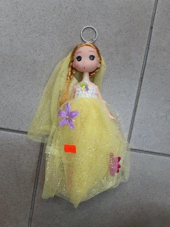 Panenka s copánky, která slouží i jako přívěsek na klíče