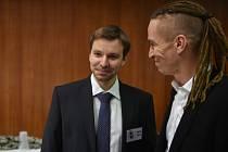 Předseda Pirátů Ivan Bartoš (vpravo) a lídr strany pro volby do Evropského parlamentu Marcel Kolaja.