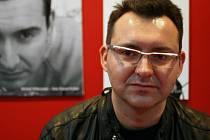 """Polský spisovatel, módní bloger a častý host televizních show Michal Witkowski (40) se ocitl uprostřed skandálu, když se na módní přehlídce objevil v čapce se symbolem nacistické """"černé gardy"""" SS, která za války vyhladila miliony lidí."""