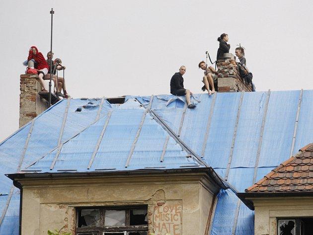 Asi 40 lidí obsadilo opuštěnou vilu Milada v Praze 8. Policie proti squatterům zasáhla.