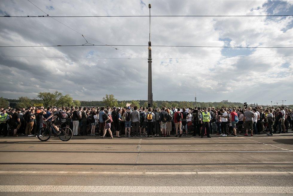 Lidé protestovali 25. dubna na Libeňském mostě v Praze proti jeho zbourání.