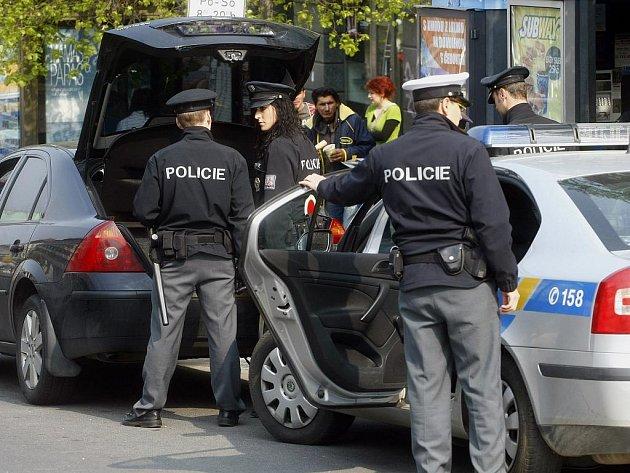 Policisté v úterý 20. dubna 2010 hledali drogy v automobilu v horní části Václavského náměstí v Praze poté, co zastavili řidičku s podezřením na řízení vozidla pod vlivem návykové látky.