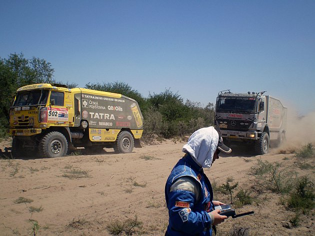 Aleš Loprais shání pomoc po poruše spojky ve 2. etapě Rallye Dakar.