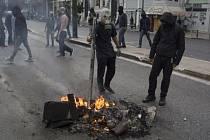Mladí demonstranti protestovali před parlamentem. Na policisty, kteří budovu střežili, házeli zápalné lahve. Desítky studentů také z budovy univerzity házely na bezpečnostní složky kameny.