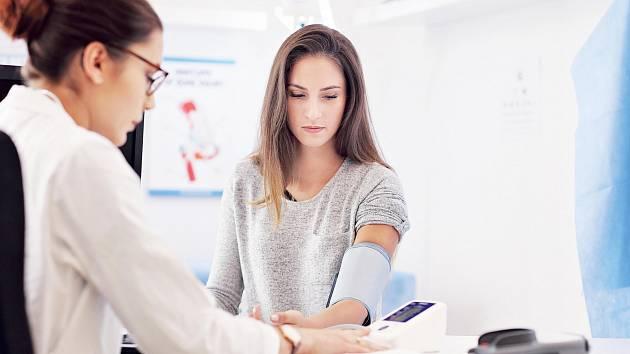 Vysoký tlak avysoký cholesterol – tyto dva faktory stojí uvzniku řady kardiovaskulárních problémů, které jsou vČesku až příliš často fatální.