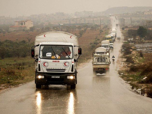 Konvoj desítek nákladních automobilů vyrazil dnes z Damašku do obléhaného syrského města Madájá, kde hladoví na 40.000 lidí.