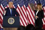 Americký prezident Donald Trump s manželkou Melanií během vystoupení v Bílém domě k proběžným výsledkům voleb, 4. listopadu 2020