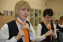 Studenti i učitelé dubského soukromého gymnázia se poprvé kompletně oblékli do školních uniforem.