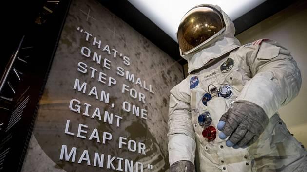 Skafandr Neila Armstronga - Muzeum letectví a vesmíru ve Washingtonu dnes znovu vystavilo skafandr, ve kterém jako první člověk Neil Armstrong chodil po Měsíci