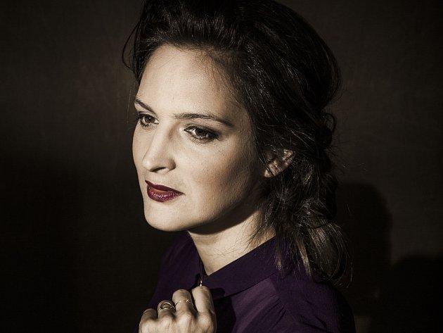 Téměř rok po úspěšné Moruši Biele přichází zpěvačka Jana Kirschner sdruhou částí projektu – Morušou Čiernou.