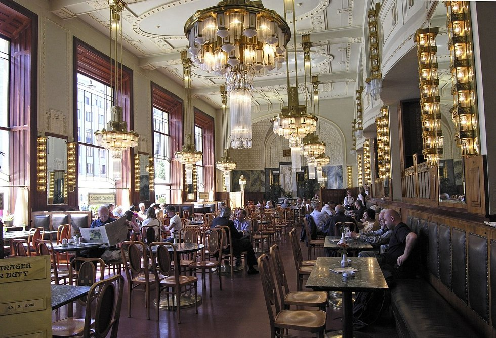 Interiér restaurace v Obecním domě posloužil pro natáčení filmu Obsluhoval jsem anglického krále.