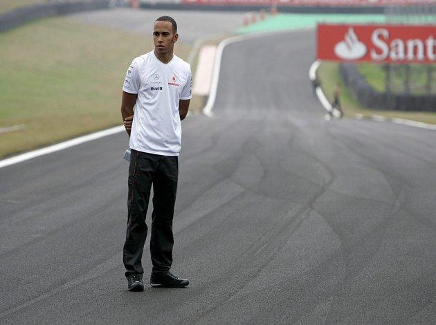 Lewis Hamilton si prohlíží okruh Interlagos, kde se koná závěrečný závod mistrovství světa F1.